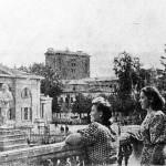 "Вичужанки на парапете ""ногинского"" клуба, начало 50-х годов ХХ века"