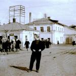 """У проходной фабрики """"Красный Профинтерн"""", 1957 год"""