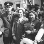 Известные вичугские врачи, в центре А.И. Лебедева, справа от неё - Ф.Н. Панова и Н.И. Костина на первомайской демонстрации. На заднем плане - парикмахерская на ул. Большая Пролетарская, начало 70-х годов ХХ века