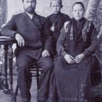 Будущий генерал-полковник Л.М. Сандалов с родителями, 1910 год