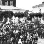 Рабочие у проходной фабрики Коноваловых, 1911 год